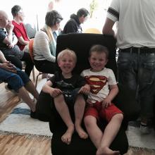Två små pojkar på studiebesök
